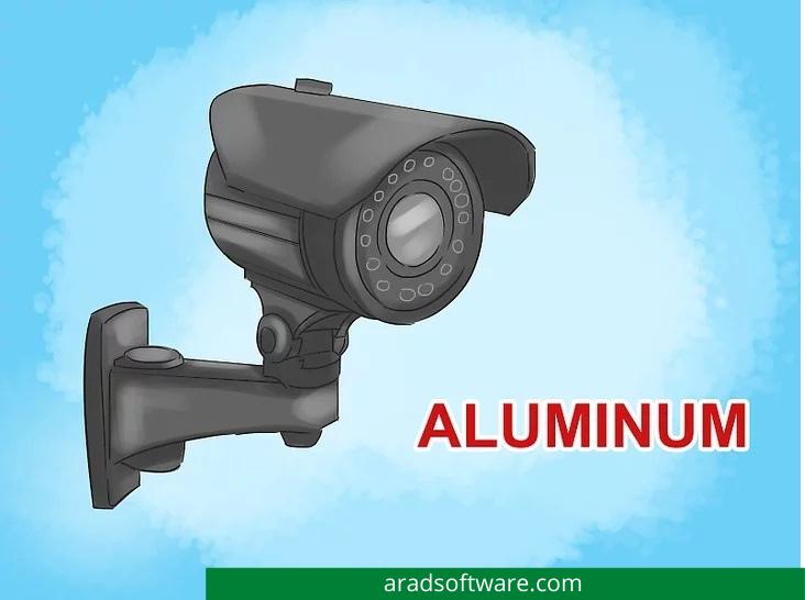 محفظه های دوربین معمولاً از آلومینیوم یا اخیراً از ترموپلاستیک های مخصوص بسیار مقاوم ساخته می شوند.